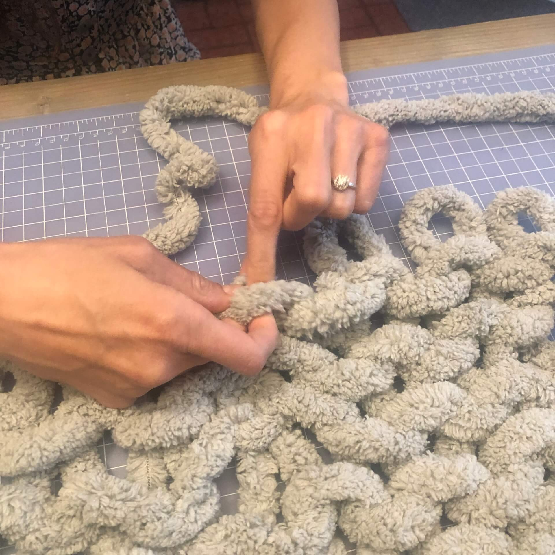 make&take a cozy Finger Knit Blanket